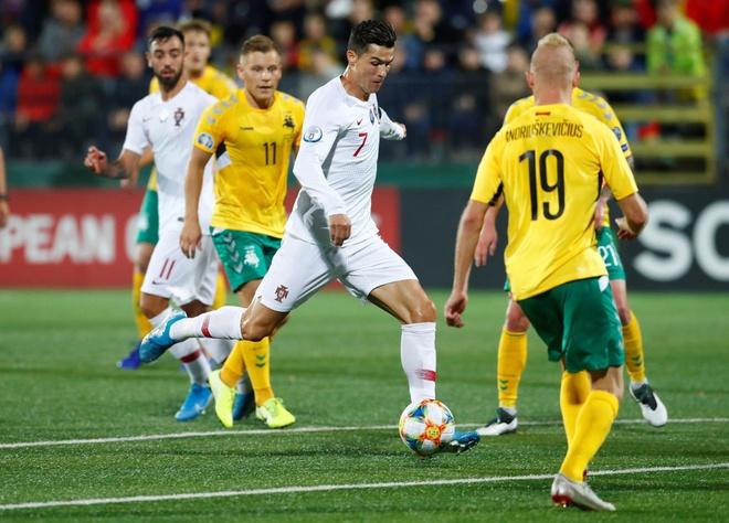 Ronaldo ghi 4 ban, Bo Dao Nha thang dam o vong loai Euro 2020 hinh anh 1