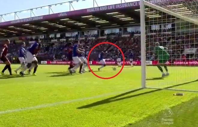 Cựu sao Man City mắng đồng đội đá dở rồi phản lưới nhà