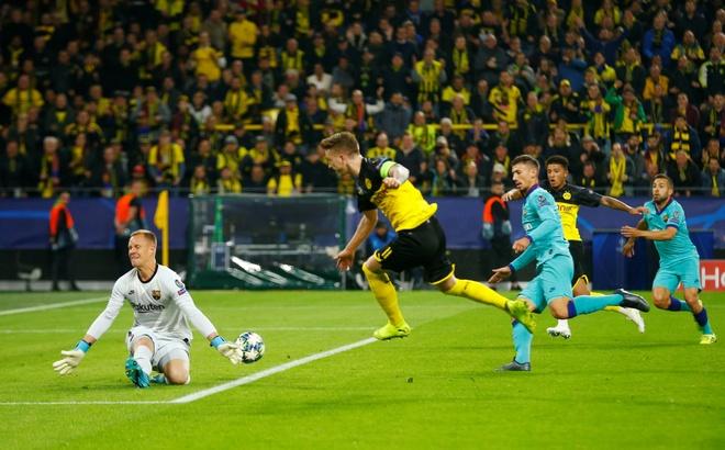 Reus da hong phat den khien Dortmund chia diem voi Barca hinh anh 15