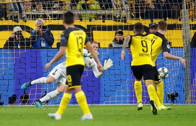 Reus da hong phat den khien Dortmund chia diem voi Barca hinh anh 22