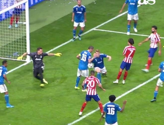 Juventus thoat penalty sau tinh huong long ngong cua De Ligt hinh anh 1