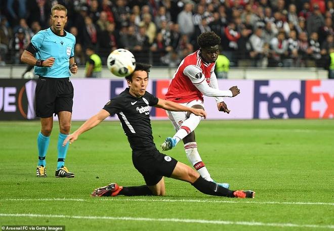 Arsenal nguoc dong ha Aston Villa voi 10 nguoi hinh anh 3