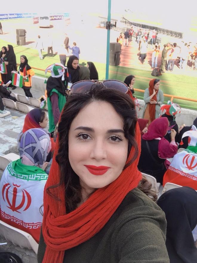 Nu CDV Iran khoe sac trong lan dau di co vu bong da hinh anh 1