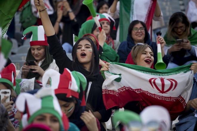 Nu CDV Iran khoe sac trong lan dau di co vu bong da hinh anh 4