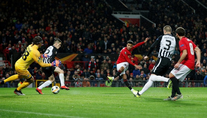 Thang Partizan 3-0, MU vao vong knock-out Europa League som 2 luot hinh anh 8
