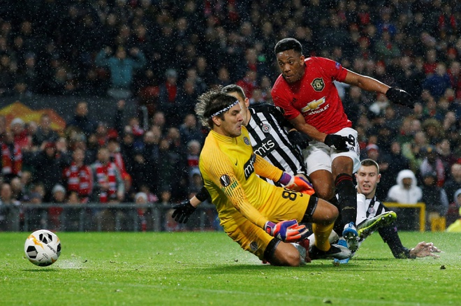 Thang Partizan 3-0, MU vao vong knock-out Europa League som 2 luot hinh anh 9