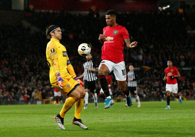Thang Partizan 3-0, MU vao vong knock-out Europa League som 2 luot hinh anh 11