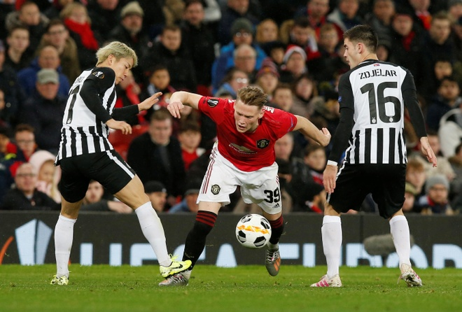 Thang Partizan 3-0, MU vao vong knock-out Europa League som 2 luot hinh anh 16