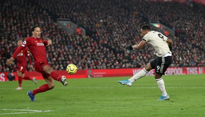 Martial, Fred có cơ hội ngon ăn trong hiệp 2 nhưng không thể tận dụng. Ảnh: Reuters.