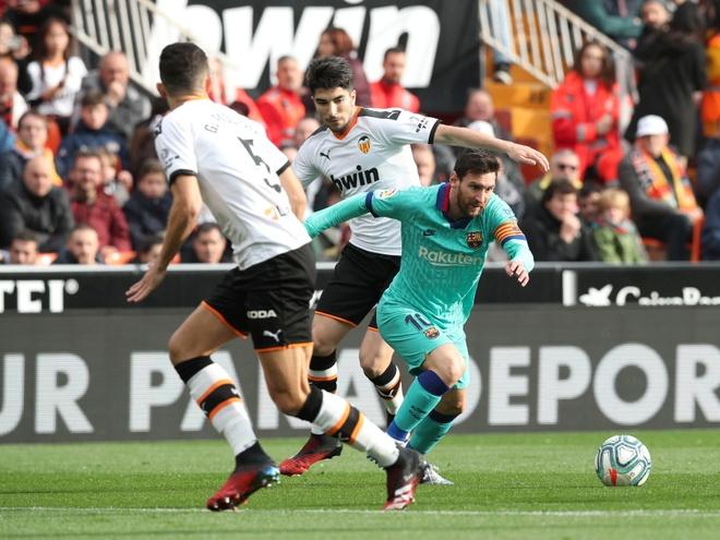 Messi tit ngoi, Barca phoi ao truoc Valencia hinh anh 16 2020_01_25T150958Z_1558806644_RC23NE9146J5_RTRMADP_3_SOCCER_SPAIN_VAL_FCB_REPORT_1_.JPG