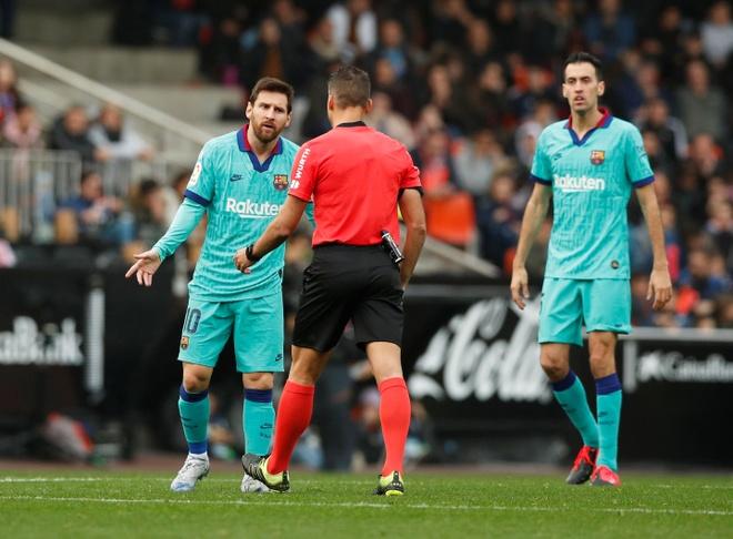 Messi tit ngoi, Barca phoi ao truoc Valencia hinh anh 23 2020_01_25T162758Z_529636484_RC24NE9TRO48_RTRMADP_3_SOCCER_SPAIN_VAL_FCB_REPORT.JPG