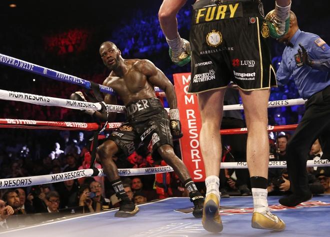 Fury thang knock-out Wilder, gianh dai WBC hinh anh 17 2020_02_23T053824Z_1261542589_HP1EG2N0FO0MT_RTRMADP_3_BOXING_HEAVYWEIGHT_WILDER_FURY.JPG