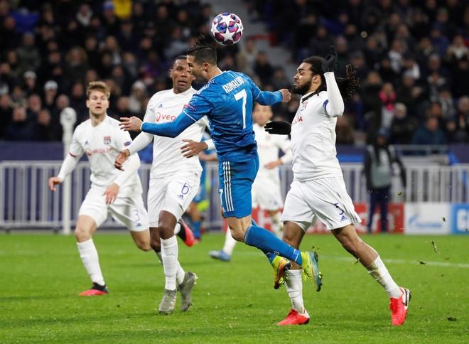 Ronaldo chu dong nga kiem penalty bat thanh hinh anh 1 2020_02_26T214733Z_25264994_RC2L8F98IOXB_RTRMADP_3_SOCCER_CHAMPIONS_LYO_JUV_REPORT_1.JPG