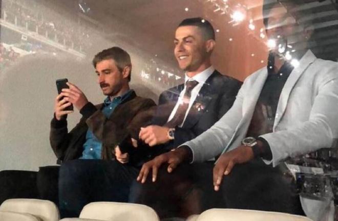 Ronaldo rang ro nhin dong doi cu nhan chim Barca hinh anh 1 rp.JPG