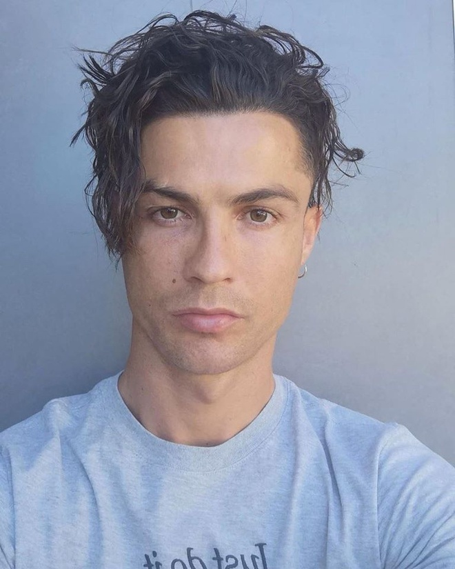 Ronaldo khoe dien mao khac la voi mai toc dai