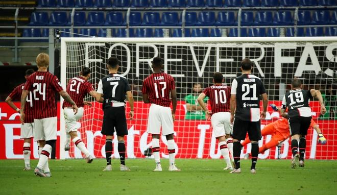Ronaldo doi dau Ibra anh 3