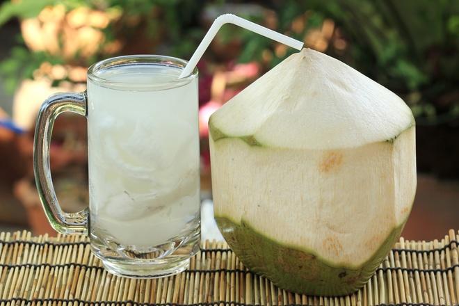 Kết quả hình ảnh cho Phụ nữ sau sinh có nên uống nước dừa không?