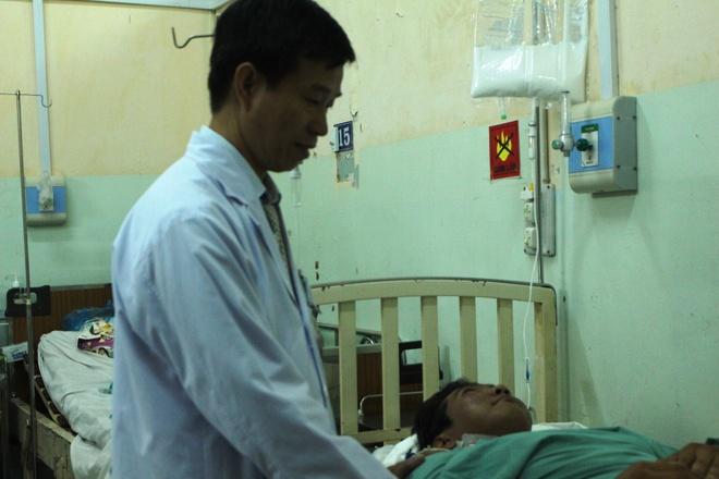 Chang trai cong cot song mo uoc duoc ngoi xe lan hinh anh 2