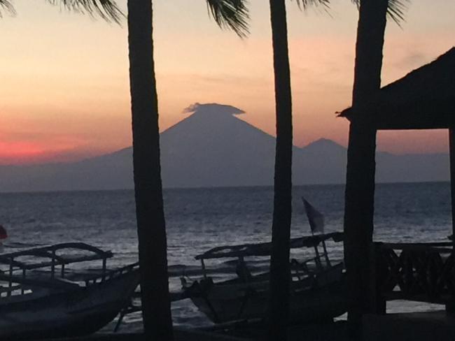 Du khach lo lang truoc tham hoa nui lua o Bali hinh anh 1