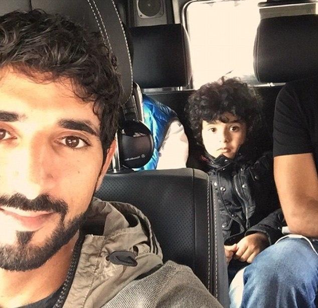 Cuoc song giau sang cua 'dan choi nhi' Dubai hinh anh 6 Bức ảnh này cho thấy Mohammed và Thái tử Hamdan đi du lịch trong một £ 145.000 Mercedes SUV G5