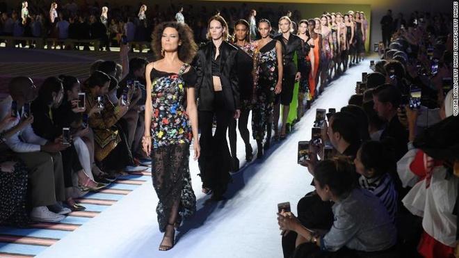 Hang thoi trang Michael Kors tinh thau tom Versace gia 2 ty USD hinh anh