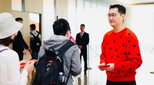 Nhan vien Tencent xep hang toi 12 gio de nhan li xi tu ty phu Pony Ma hinh anh
