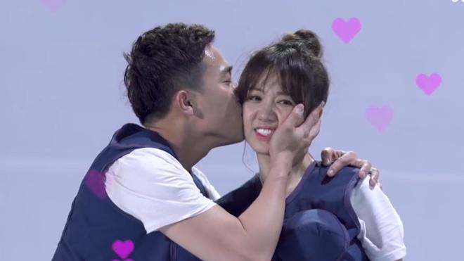 Tran Thanh, Hari Won lien tuc hon nhau trong show Khi dan ong mang bau hinh anh