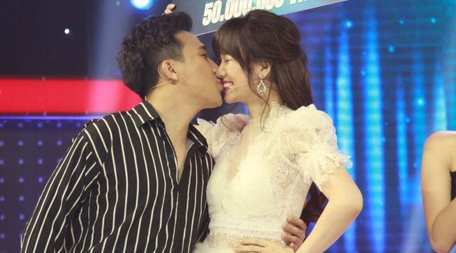 Tran Thanh - Hari Won chat chem nhau khien khan gia bat cuoi hinh anh