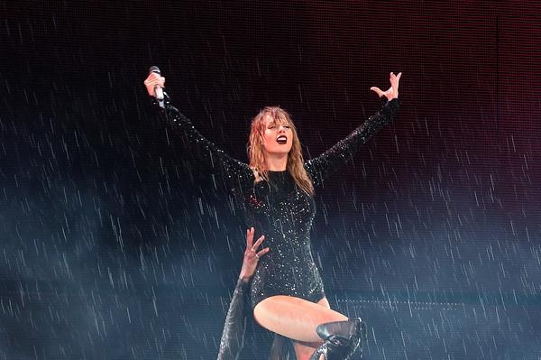 Taylor Swift bieu dien bat chap troi mua lon hinh anh
