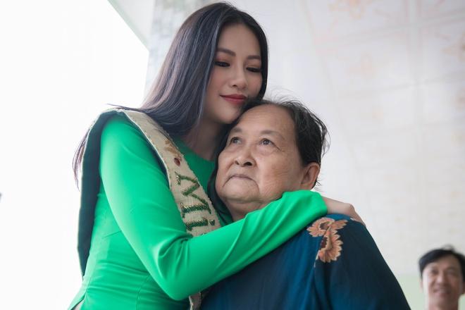 Hoa hau Phuong Khanh om cham ba ngoai khi ve que Ben Tre hinh anh