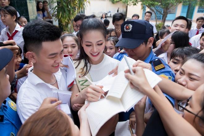 Hoa hau Phuong Khanh duoc hoc sinh vay kin khi ve tham truong cu hinh anh