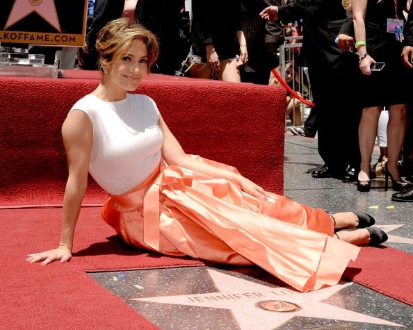 Ngoi sao cua Jennifer Lopez tren Dai lo Danh vong bi pha hoai hinh anh