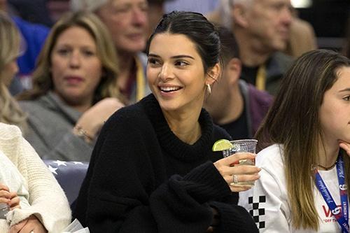 10.000 nguoi ky don de nghi cam Kendall Jenner di xem thi dau bong ro hinh anh 1