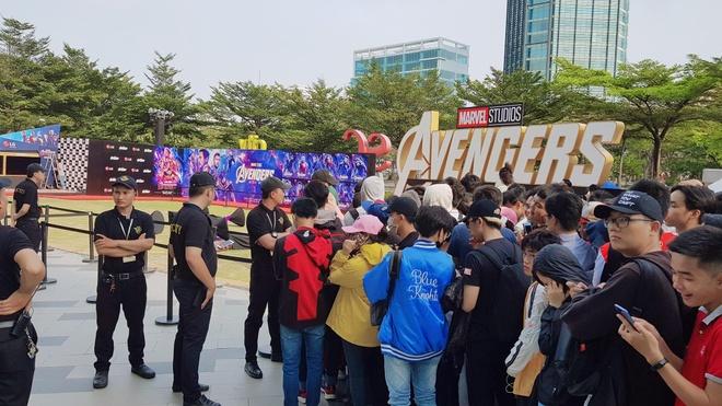 Hang tram nguoi doi nang, xep hang doi xem bom tan 'Avengers: Endgame' hinh anh 2