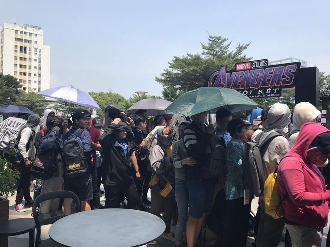 Hang tram nguoi doi nang, xep hang doi xem bom tan 'Avengers: Endgame' hinh anh 1