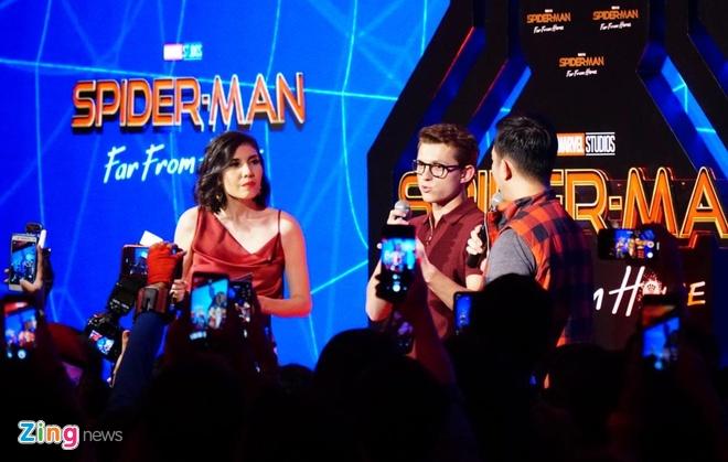 Hang nghin khan gia phan khich khi gap 'Spider-Man' Tom Holland hinh anh 1