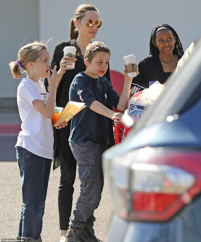 Angelina Jolie mua sam cung cac con trong ngay nghi hinh anh 1