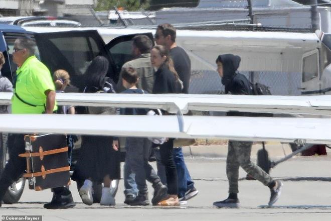 Angelina Jolie mua sam cung cac con trong ngay nghi hinh anh 3