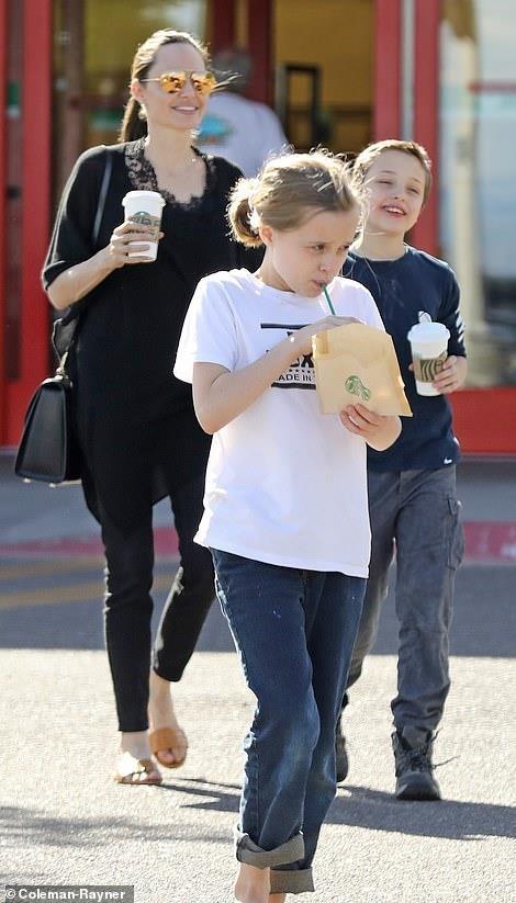 Angelina Jolie mua sam cung cac con trong ngay nghi hinh anh 2
