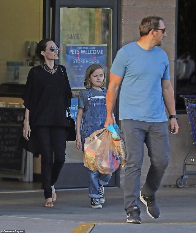 Angelina Jolie mua sam cung cac con trong ngay nghi hinh anh 4