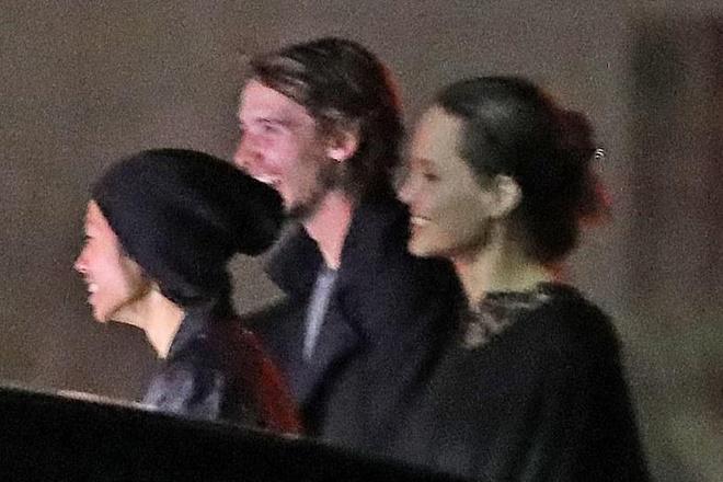 Angelina Jolie mua sam cung cac con trong ngay nghi hinh anh 6