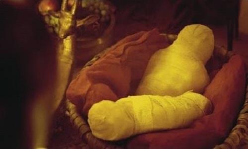 Xac uop hai be gai trong mo vua Tutankhamun hinh anh