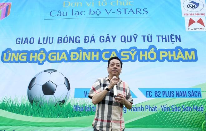 'Cha con Nguoi phan xu' ra san bong giup do ca si Ho Pham hinh anh