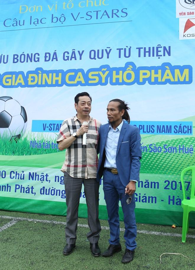 'Cha con Nguoi phan xu' ra san bong giup do ca si Ho Pham hinh anh 2