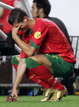 Cristiano Ronaldo: Huyen thoai tu nuoc mat hinh anh 2
