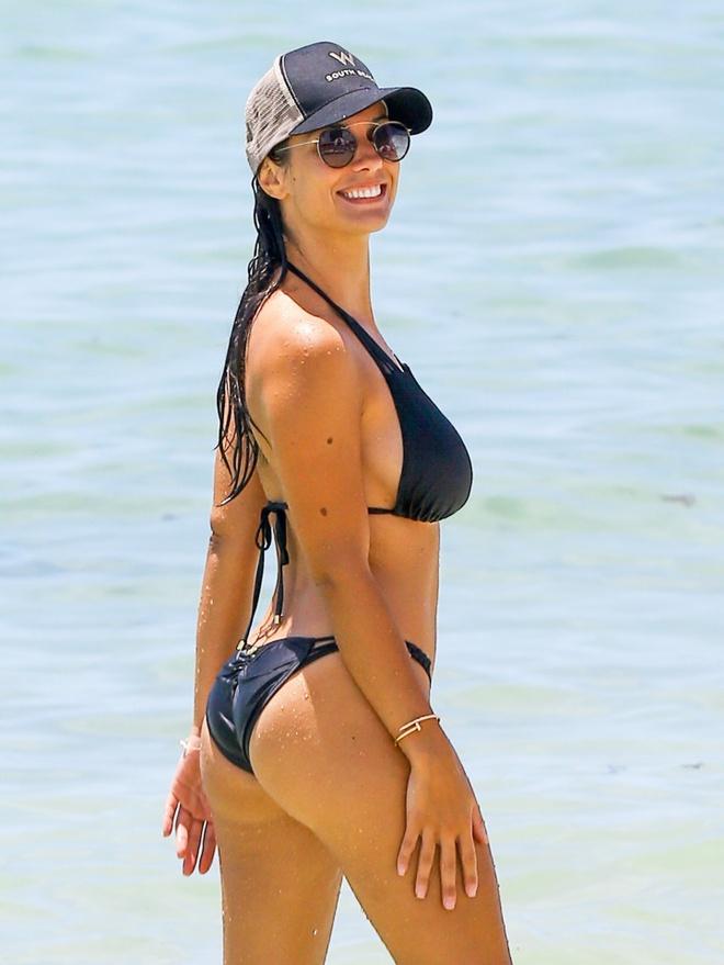 Vo Bacary Sagna dien bikini nong bong tren bo bien Miami hinh anh 4