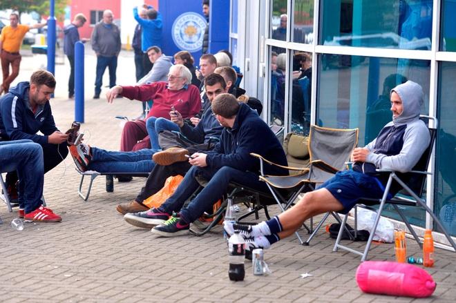 Fan Leicester cho 14 tieng de mua ve xem Champions League hinh anh 6