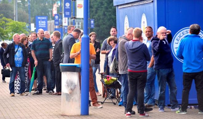 Fan Leicester cho 14 tieng de mua ve xem Champions League hinh anh 4