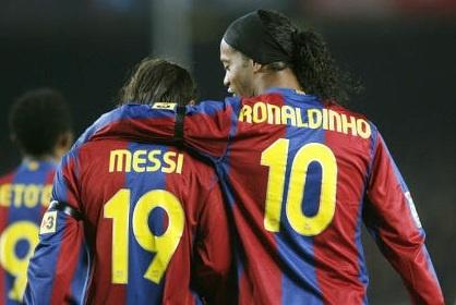Ronaldinho tiec vi khong duoc choi bong voi Messi hinh anh 1