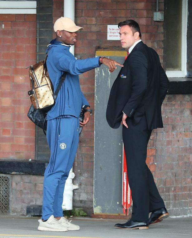 Doi hinh MU hanh quan den London: Rooney 'mat tich' hinh anh 4